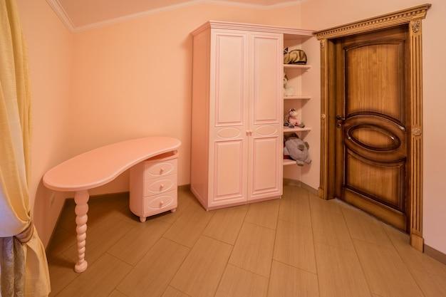 Decoratie en meubels in moderne slaapkamer
