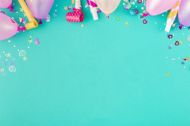 Decoratie feest. ballonnen en verschillende feestversieringen kopiëren ruimte bovenaanzicht