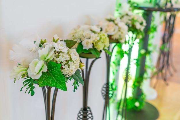 Decoratie kunstmatige bloem. (gefilterde afbeelding verwerkt vintag