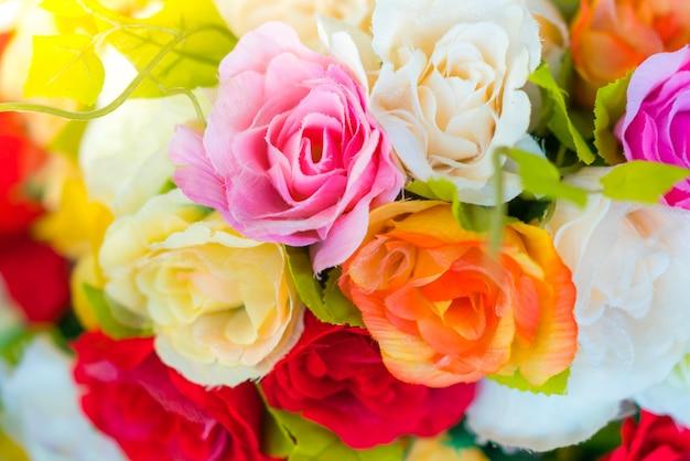 Decoratie kunstmatige bloem op tafel (gefilterde afbeelding verwerkt