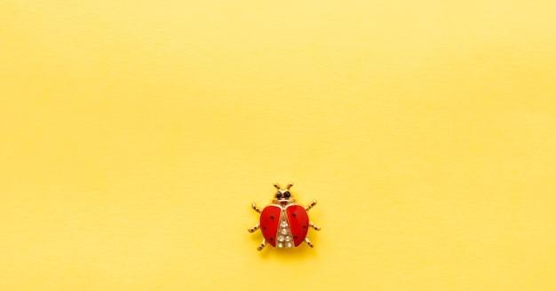 Decoratie lieveheersbeestje op gele achtergrond