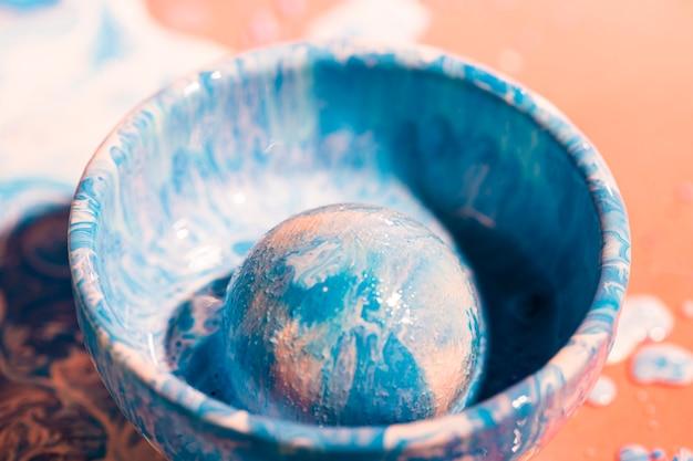 Decoratie met blauwe en witte verf in een kom
