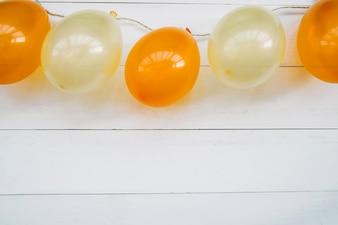 Decoratie met oranje en witte luchtballonnen