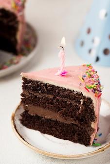 Decoratie met plakje cake en kaars