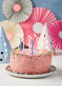 Decoratie met roze cake voor verjaardagsfeestje