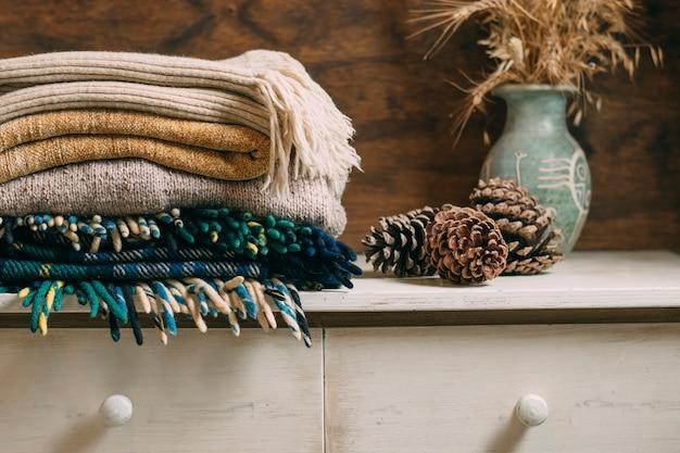 Decoratie met warme kleding en kegels
