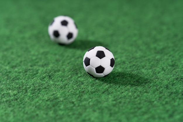 Decoratie mini voetbal op de groene speelplaats