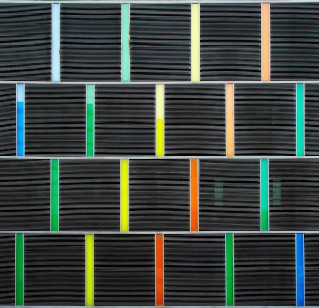 Decoratie van de buitenkant van het gebouw met meerdere kleuren