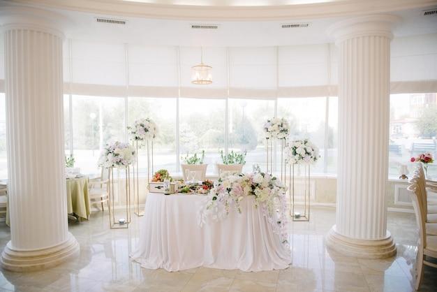 Decoratie van de feestzaal op de trouwdag