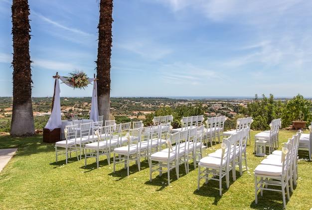 Decoratie van de huwelijksceremonie met een prachtig uitzicht op zee.