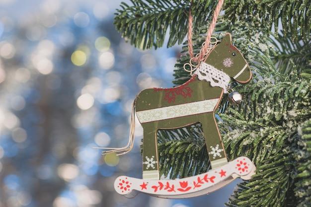 Decoratie van de kerstboom met paard vorm close up