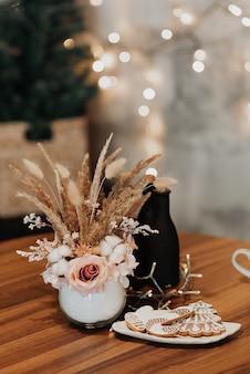 Decoratie van de nieuwjaarstafel. heerlijk nieuwjaar en kerst. cadeaus