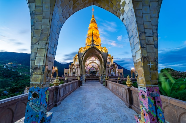 Decoratie van de omgeving grote hoofdpagode in wat phra that pha son kaew-tempel in phetchabun thailand