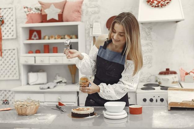 Decoratie van het afgewerkte dessert. het concept van zelfgemaakt gebak, taarten koken.