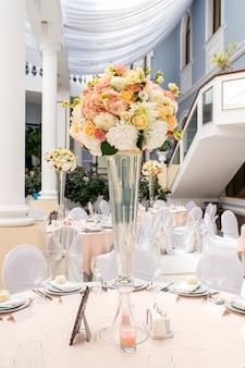 Decoratie van het restaurant bij het bruiloftsbanket
