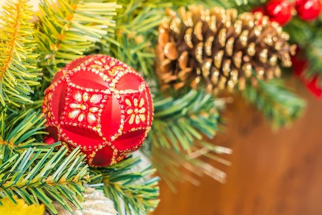 Decoratie van kerstmis met een bal en een dennenappel