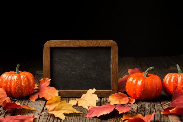 Decoratie van pompoenen en herfstbladeren