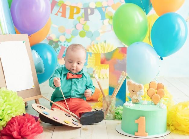 Decoratie voor de eerste verjaardag van de jongen, smash cake in een kunstschilderstijl