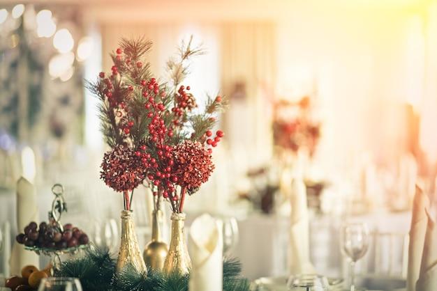 Decoratie voor de vakantie tafel. vuren tak en bessen van viburnum.