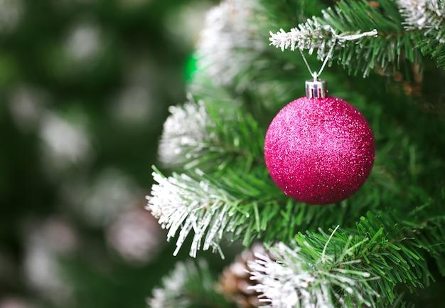 Decoratieartikelen voor thanksgiving en kerstmis worden in verschillende ontwerpen en kleuren weergegeven