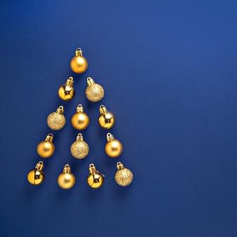 Decoratieballen in kerstmis gevormd op blauw oppervlak