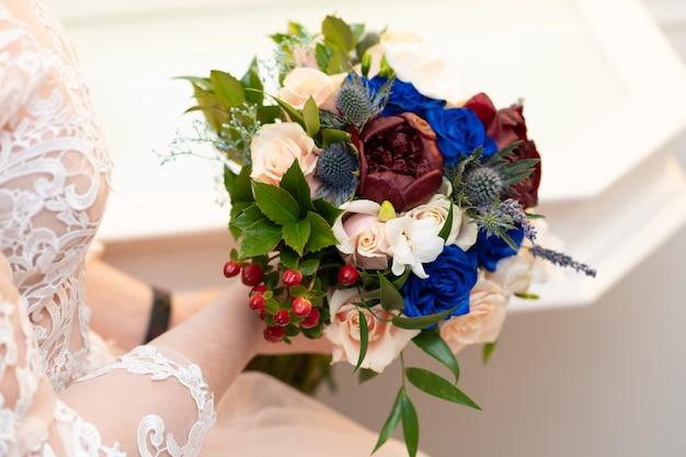 Decoratief boeket verse bloemen voor de bruid tijdens de huwelijksceremonie