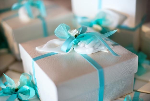 Decoratief cadeau verpakt feest gunst in een doos