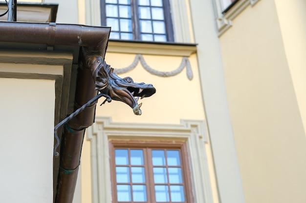 Decoratief deel van de afvoer voor het water van het kasteel van nesvizh. wit-rusland.