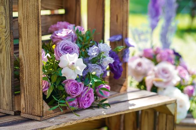 Decoratief element van houten kisten en verse bloemen. details feestdecoratie