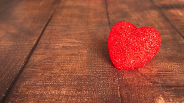 Decoratief hart op een houten bord