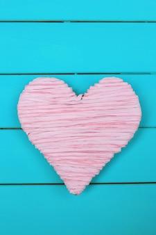 Decoratief hart op houten achtergrond