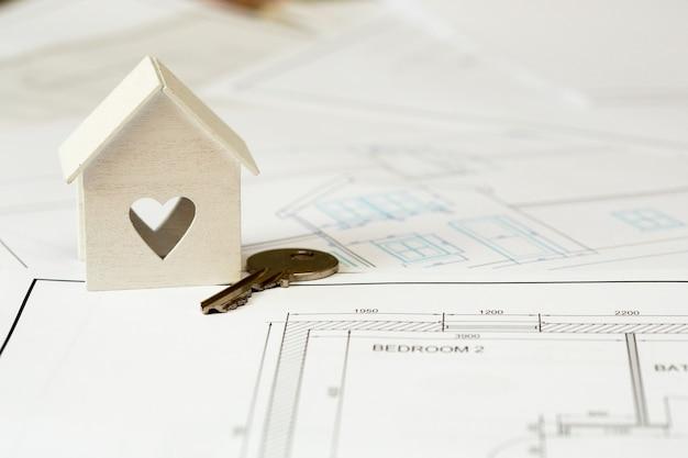 Decoratief huis met de sleutel. nieuw huisconcept