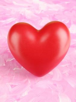 Decoratief rood hart op kleur