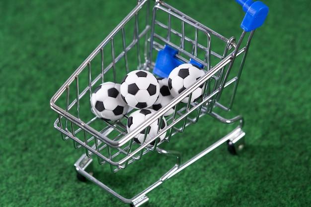 Decoratief voetbal in winkelwagen