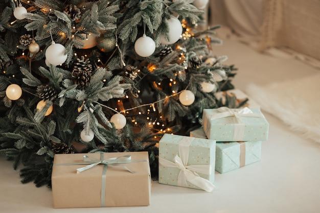 Decoraties en cadeautjes onder de kerstboom.