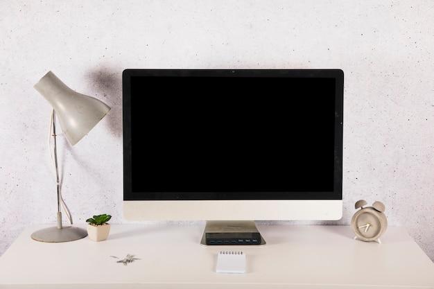 Decoraties en wekker dichtbij computer