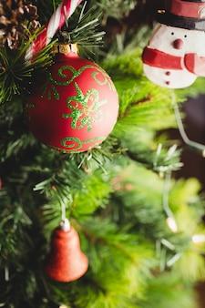 Decoraties op kerstboom
