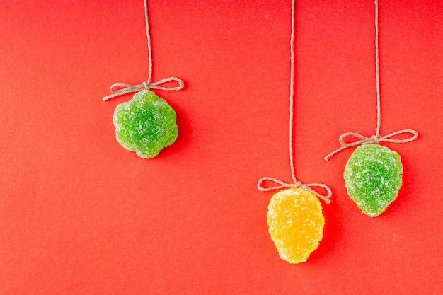 Decoraties voor de kerstboom van marmelade op gekleurd papier