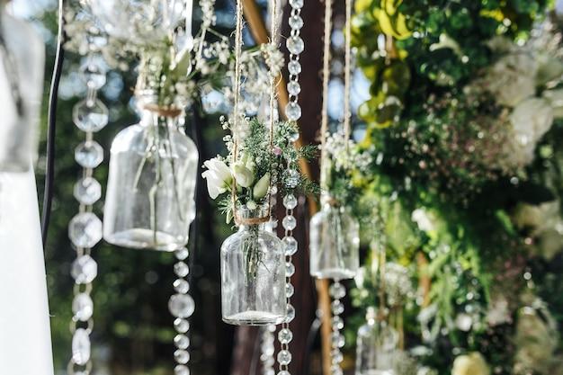Decoraties voor huwelijksceremonie buitenshuis in de vorm van mini-vazen en boeketten