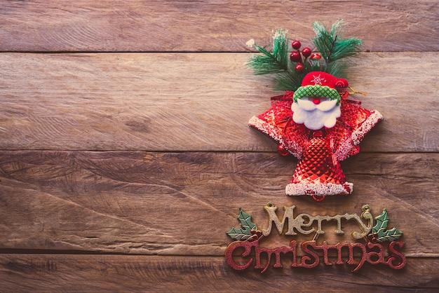 Decoraties voor kerstmis geplaatst op houten vloer