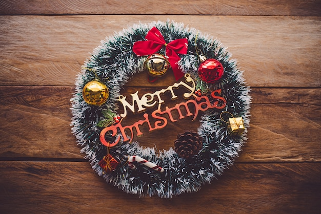 Decoraties voor kerstvieringen worden op houten vloeren geplaatst