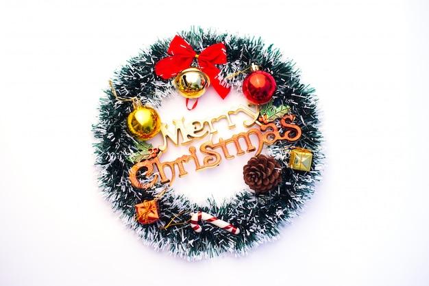 Decoraties voor kerstvieringen worden op wit geplaatst