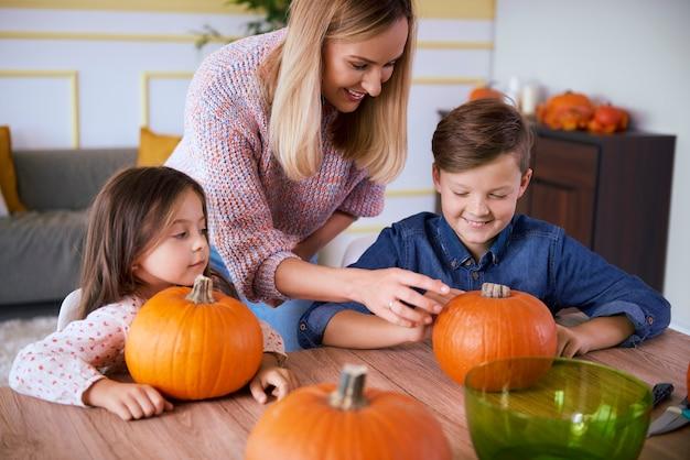 Decoraties voorbereiden voor halloween-tijd door familie