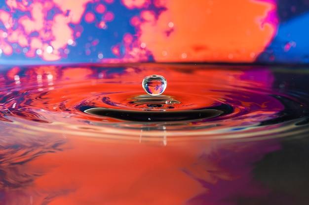Decoratieve achtergrond met splash van water