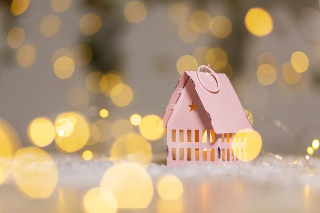 Decoratieve beeldjes met kerstthema. klein speelgoedhuisje, kerstverhaal.