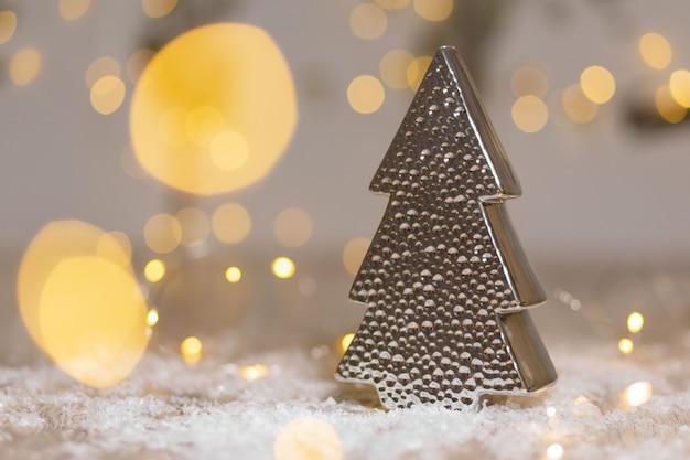 Decoratieve beeldjes van een kerstboomthema.