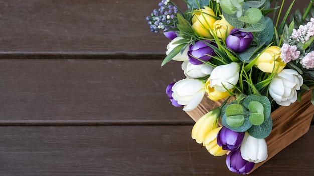 Decoratieve bloemen in een houten kist. bovenaanzicht, kopieer ruimte