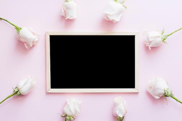 Decoratieve bloemen met een schoolbord