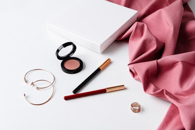 Decoratieve cosmetica en accessoires op wit oppervlak