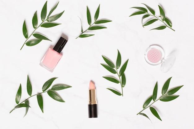 Decoratieve cosmetica en takken op wit